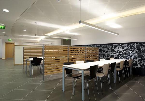 Sala mensa con sedie bianche e nere stl srl for Sedie bianche e nere