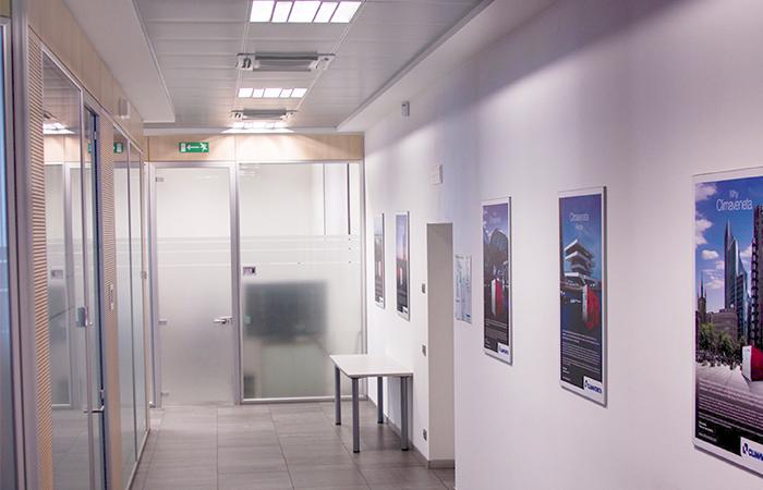 parete divisoria in vetro - porta in vetro - controsoffitto con neon quadrati ad incasso