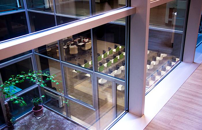 sala conferenze con pareti vetrate