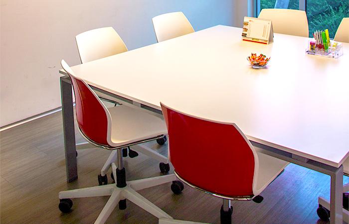 tavolo quadrato bianco - sedie bianche e rosse - mod. kalea | STL srl